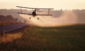Avión fumigando el campo de soja con glifosato